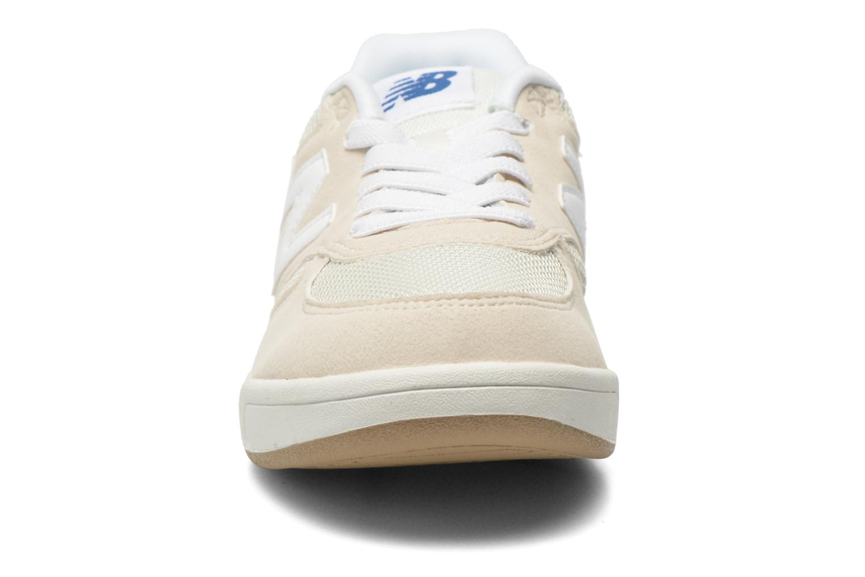 Baskets New Balance KT300 J Beige vue portées chaussures