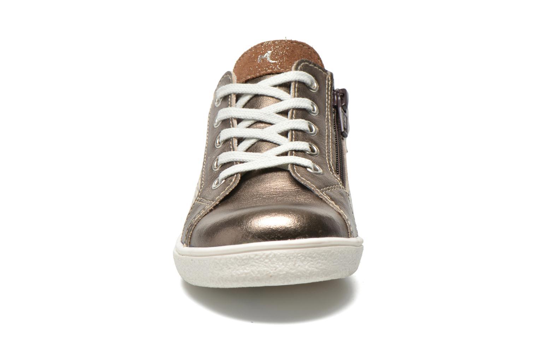 Sneakers Minibel Klasic Oro e bronzo modello indossato