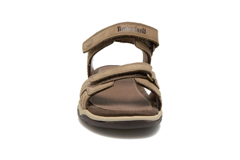 Sandali e scarpe aperte Timberland Oak Bluffs Leather 2Strap Marrone modello indossato