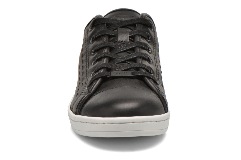 Sneakers DKNY Baylee Nero modello indossato