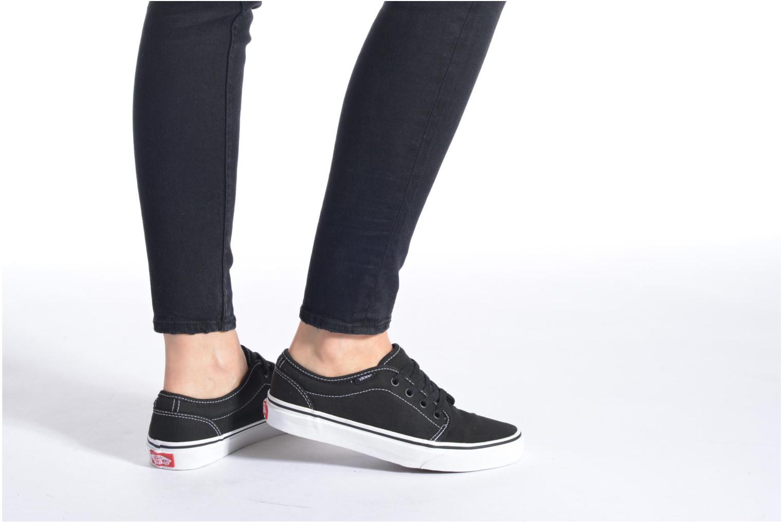 Sneaker Vans 106 Vulcanized E schwarz ansicht von unten / tasche getragen