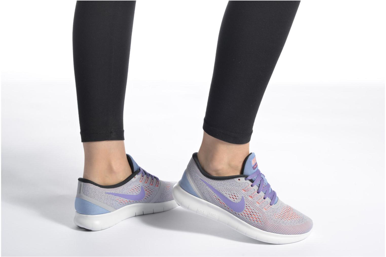 Sportschuhe Nike Wmns Nike Free Rn grau ansicht von unten / tasche getragen