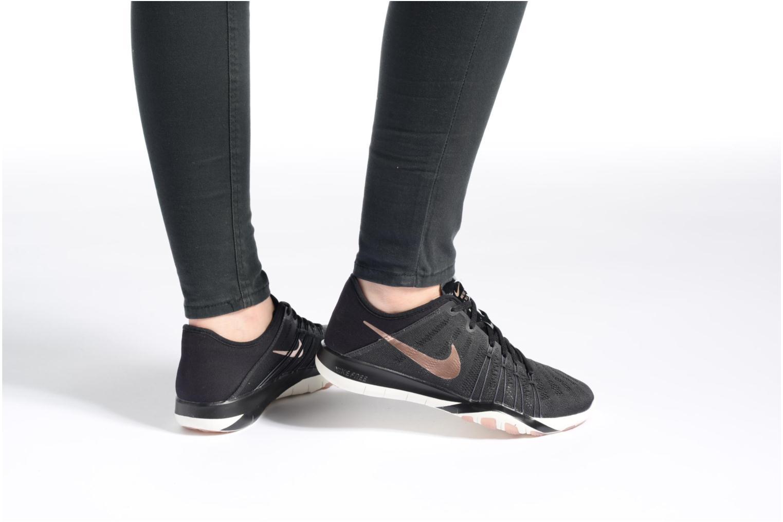Sportschuhe Nike Wmns Nike Free Tr 6 schwarz ansicht von unten / tasche getragen
