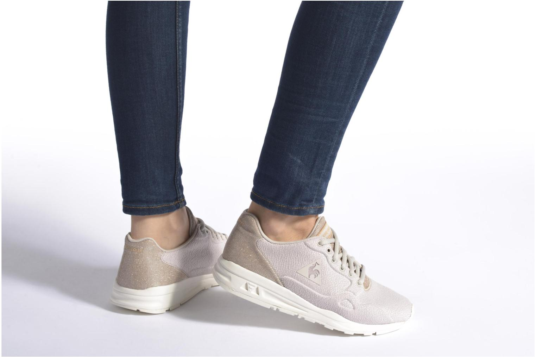 Sneaker Le Coq Sportif Lcs R900 W Glitter beige ansicht von unten / tasche getragen