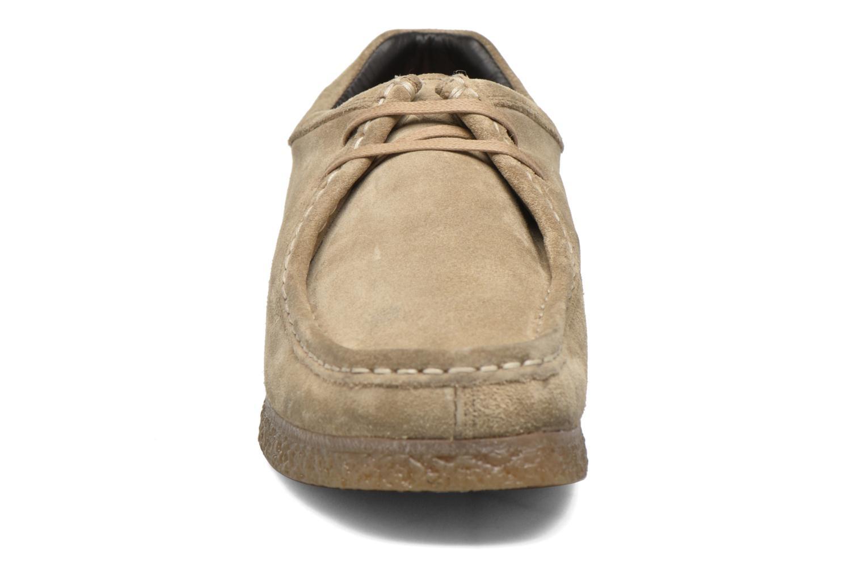 Zapatos con cordones Base London Genesis Beige vista del modelo