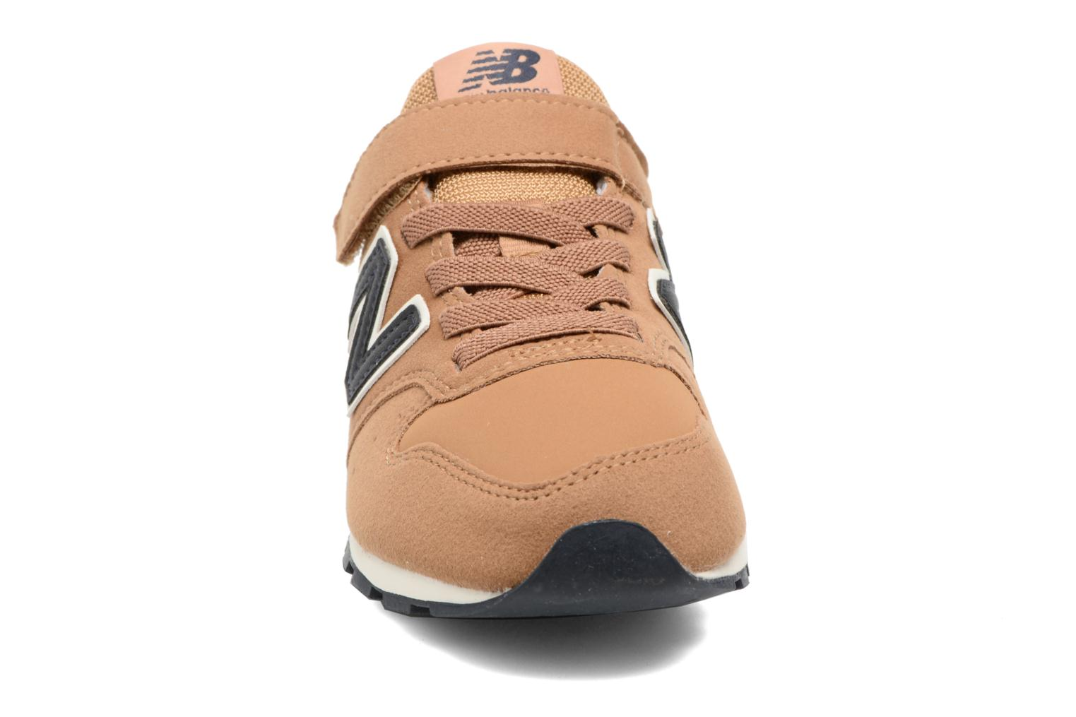 Sneakers New Balance KV996 J Marrone modello indossato
