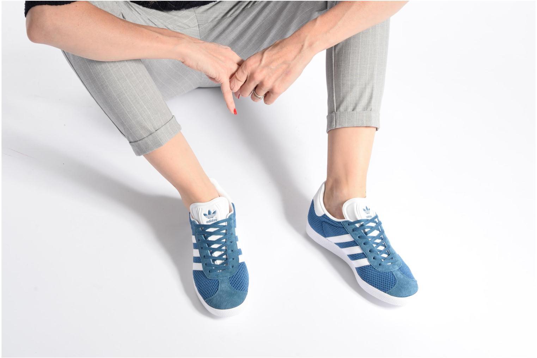 Sneaker Adidas Originals Gazelle W rosa ansicht von unten / tasche getragen