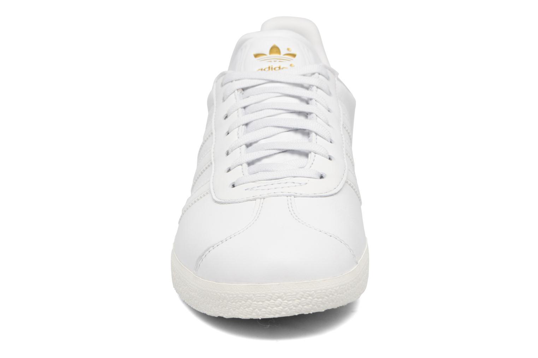 Baskets Adidas Originals Gazelle W Blanc vue portées chaussures