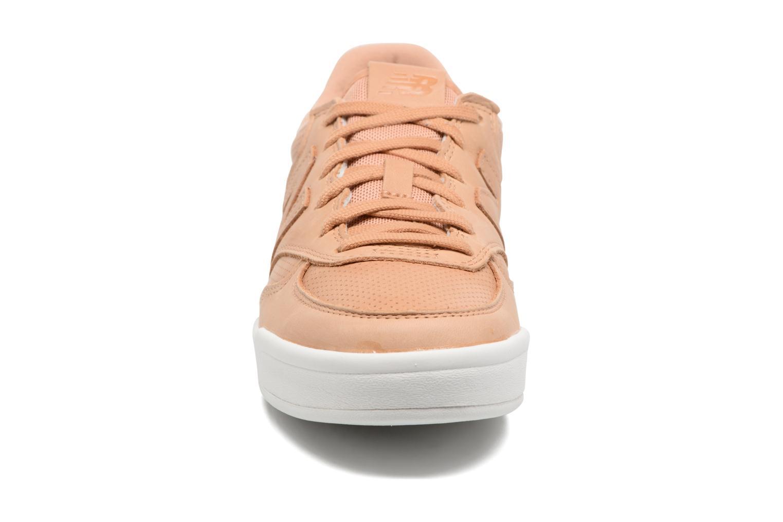 Baskets New Balance WRT300 Marron vue portées chaussures