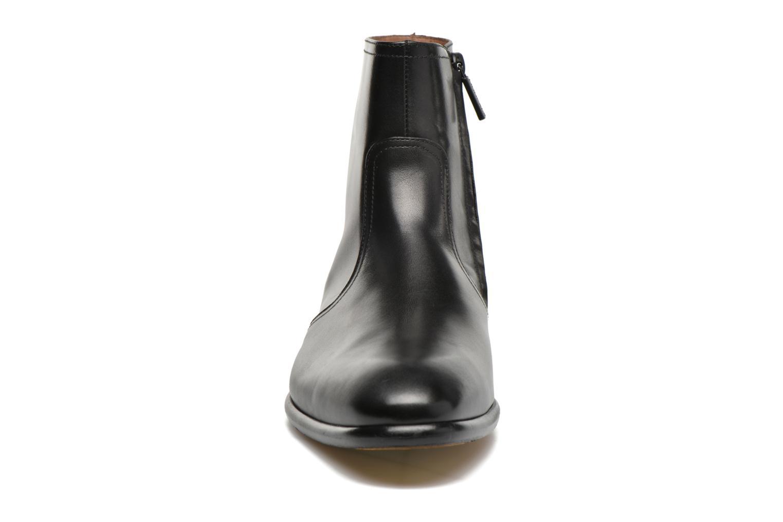 Boots Doucal's Omar Waren Svart bild av skorna på