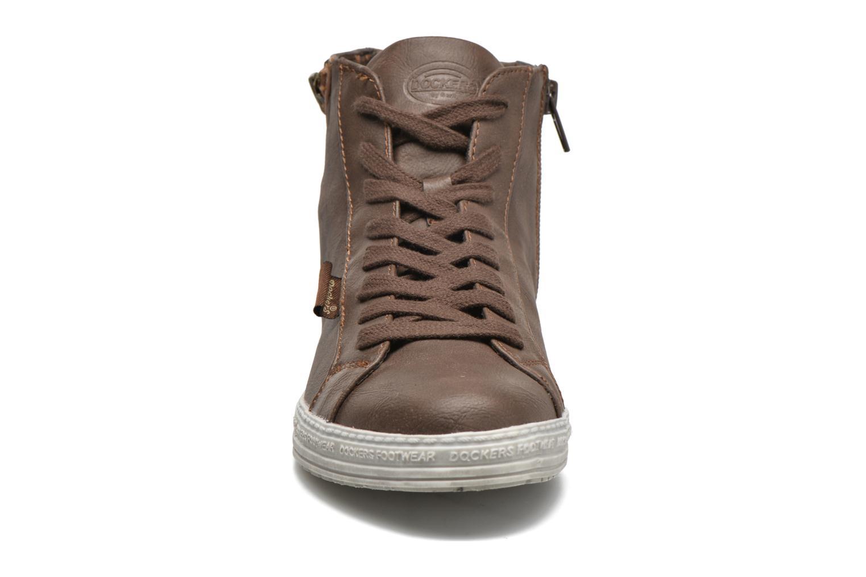 Sneakers Dockers Lore Marrone modello indossato