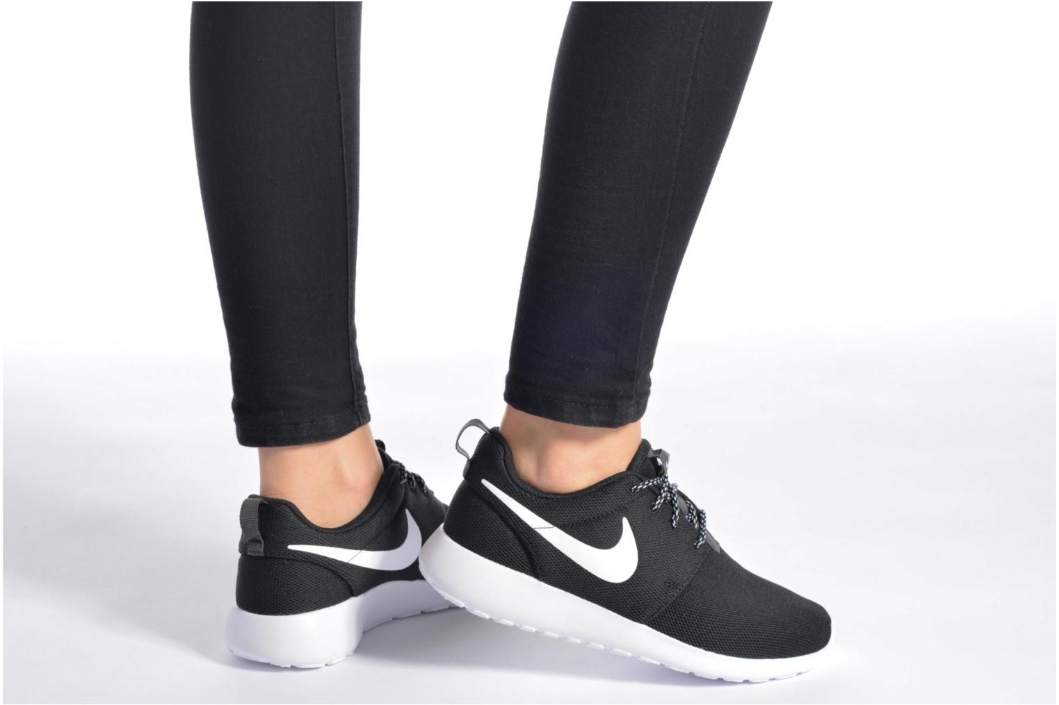 Trainers Nike W Nike Roshe One Black view from underneath / model view