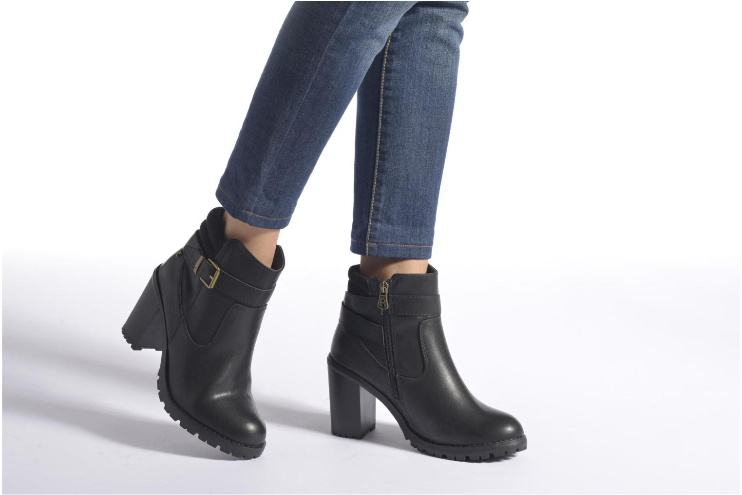 Ankle boots Refresh Margaux 63113 Black view from underneath / model view