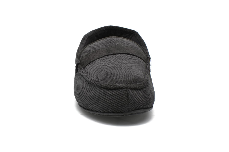 Chaussons Isotoner Mocassin velours côtelé Noir vue portées chaussures