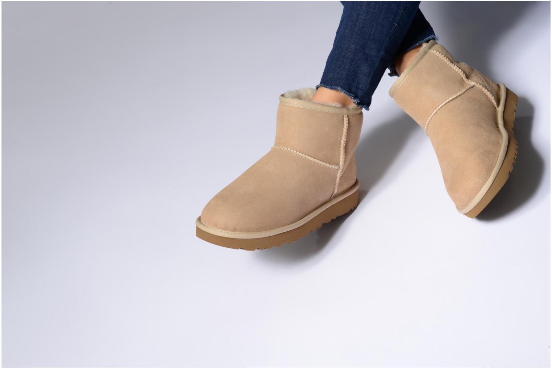 Bottines et boots UGG W Classic Mini II Marron vue bas / vue portée sac