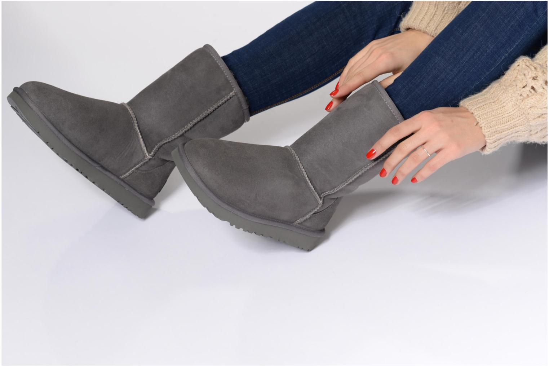 Stiefeletten & Boots UGG W Classic Short II grau ansicht von unten / tasche getragen