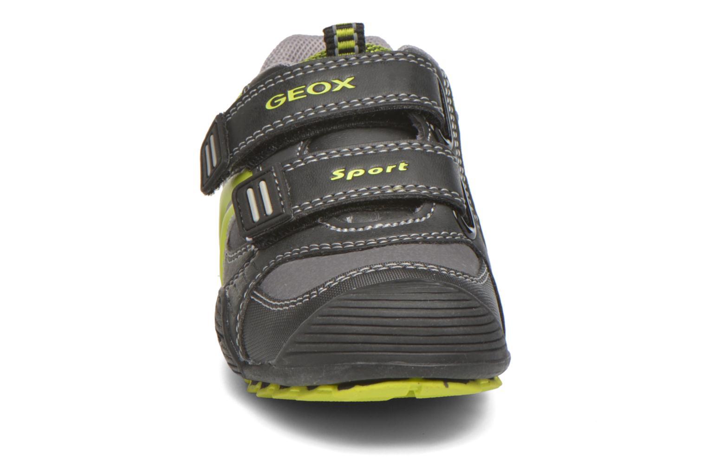Sneakers Geox Baby Savage B5424A Nero modello indossato