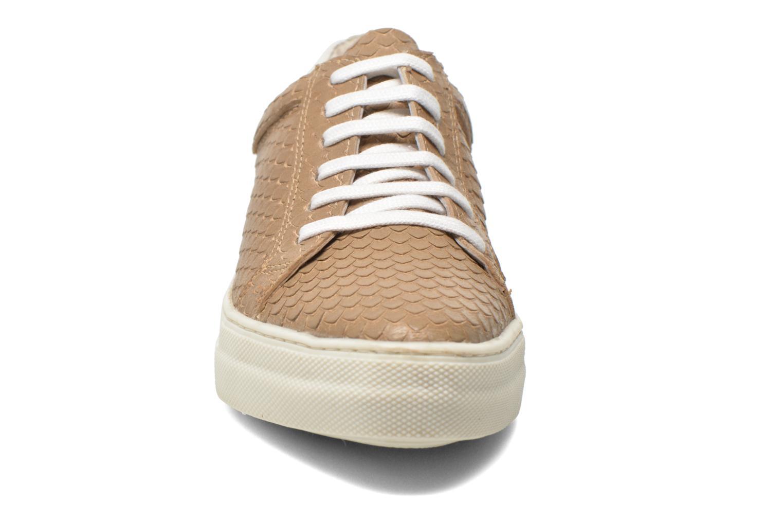 Sneaker Kickers Lucie beige schuhe getragen