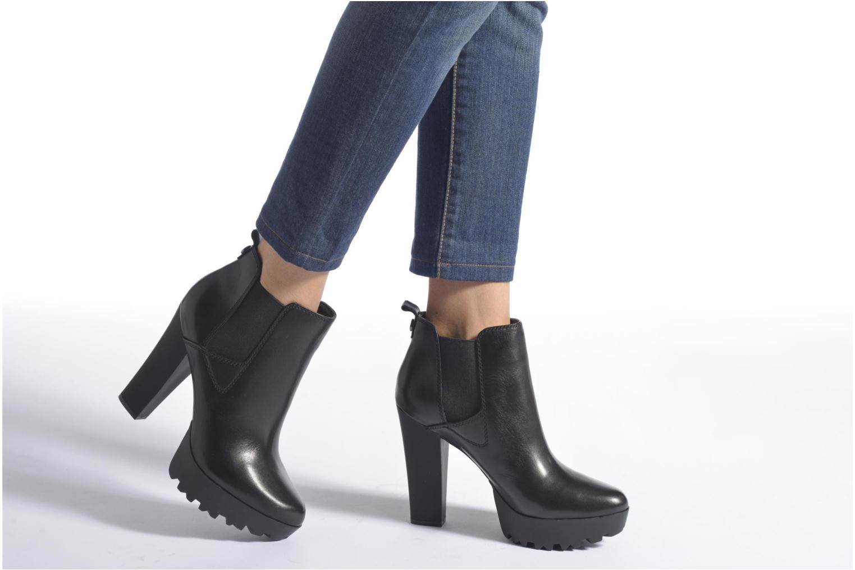 Bottines et boots Guess Marelle Marron vue bas / vue portée sac