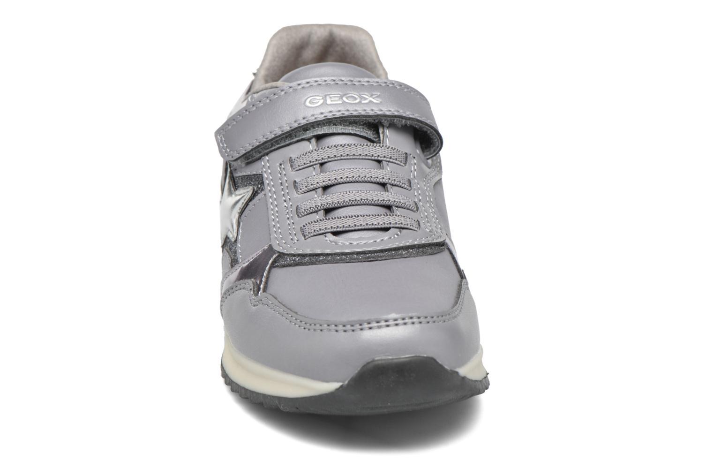 Baskets Geox J Maisie Girl J5403C Gris vue portées chaussures