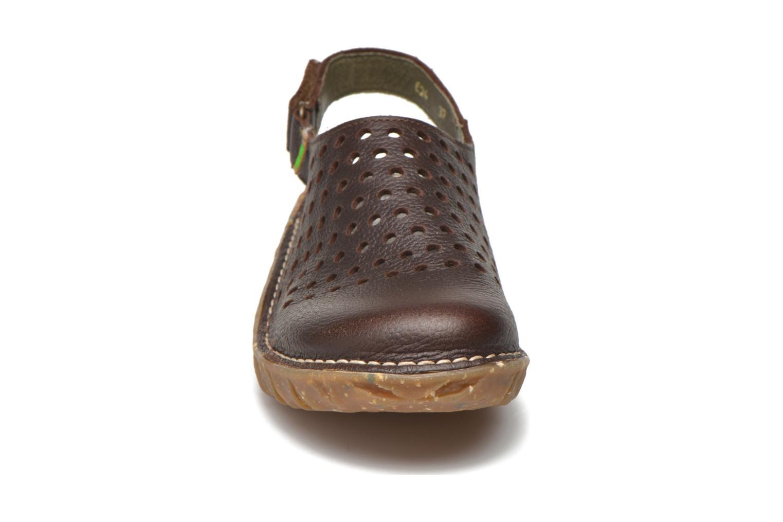 Mules et sabots El Naturalista Yggdrasil NE24 Marron vue portées chaussures