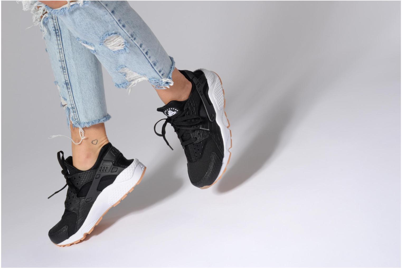Sneaker Nike W Air Huarache Run Se schwarz ansicht von unten / tasche getragen