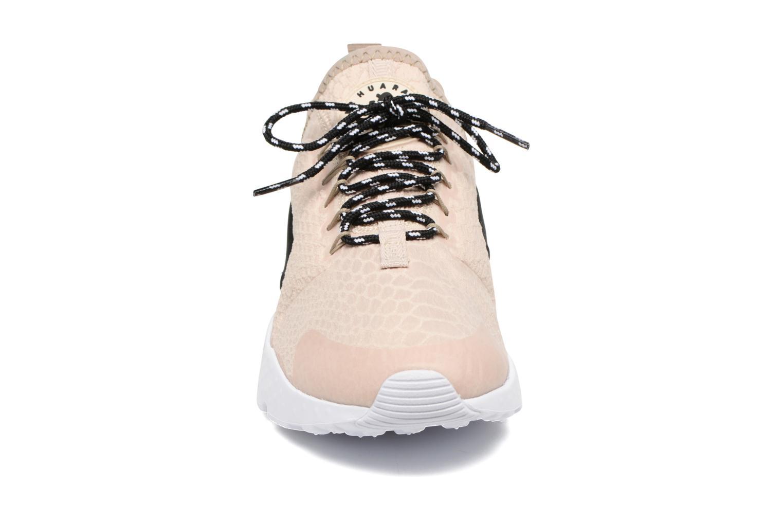 Baskets Nike W Air Huarache Run Ultra Se Beige vue portées chaussures