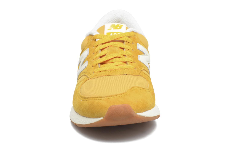 Baskets New Balance WRL420 Jaune vue portées chaussures