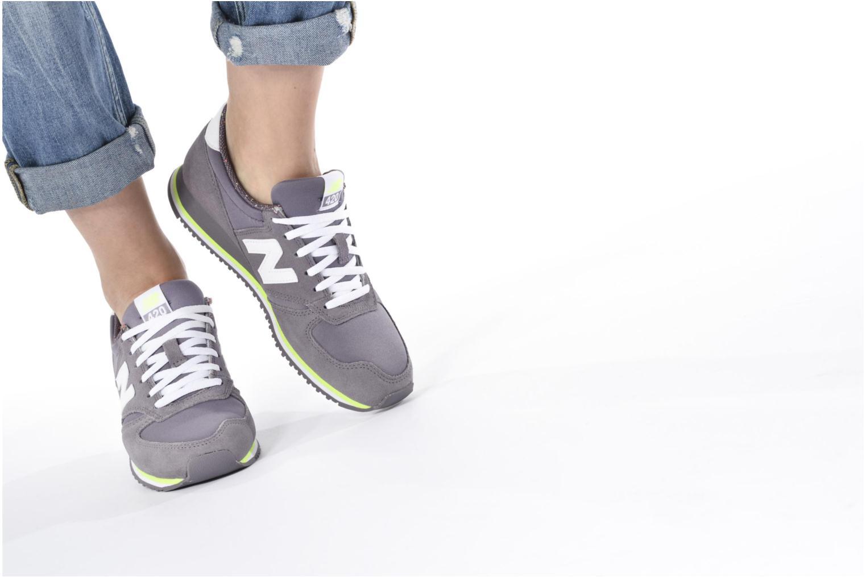 Sneaker New Balance WRL420 grau ansicht von unten / tasche getragen
