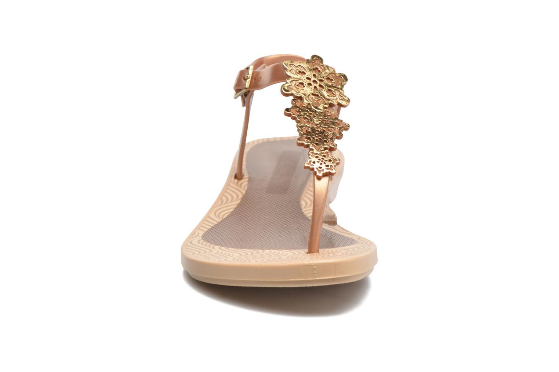 Sandalias Grendha Romantic Sandal Fem Marrón vista del modelo