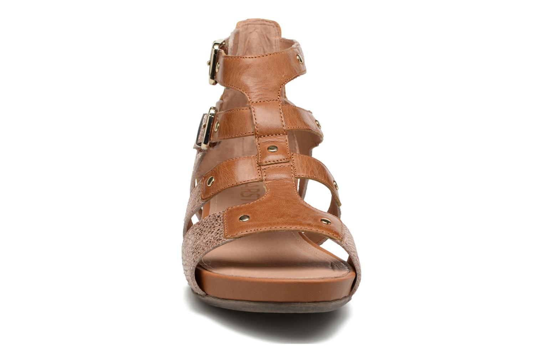 Sandales et nu-pieds Karston Konic Marron vue portées chaussures