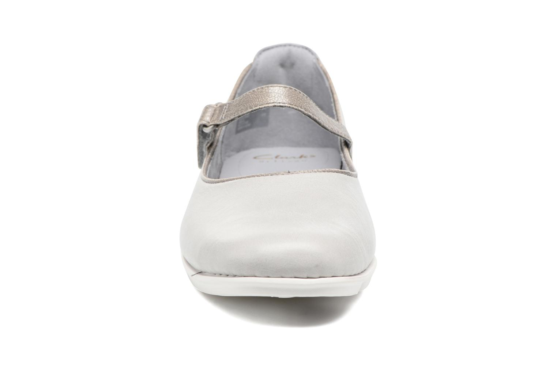 Ballerines Clarks Tri Axis Gris vue portées chaussures