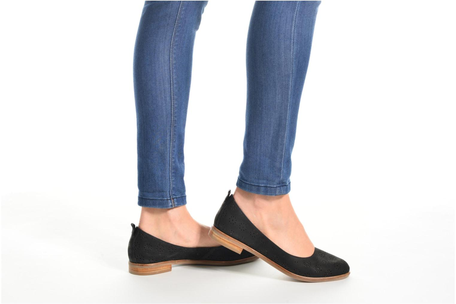 Ballet pumps Clarks Alania Rosa Black view from underneath / model view