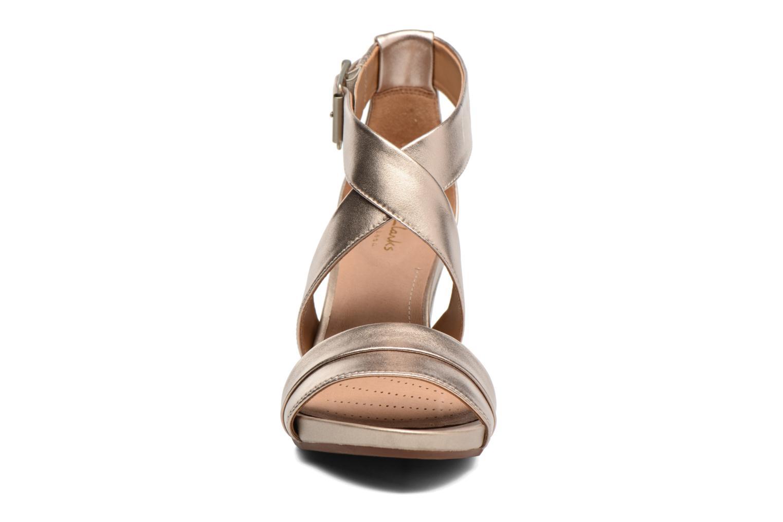 Sandales et nu-pieds Clarks Acina Newport Or et bronze vue portées chaussures