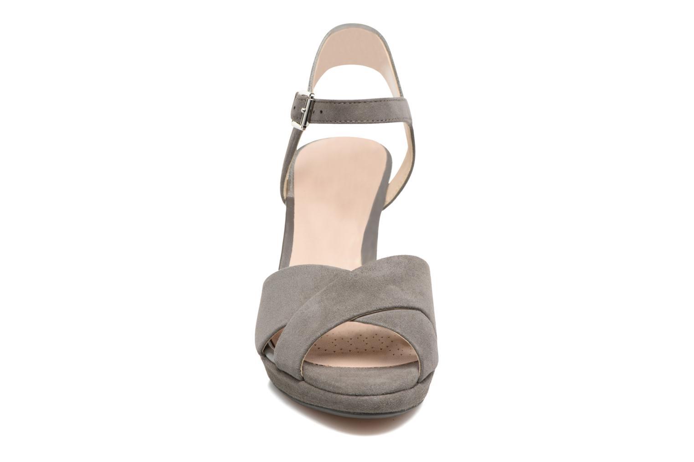 Sandales et nu-pieds Clarks Kendra Petal Gris vue portées chaussures