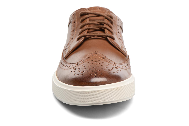 Scarpe con lacci Clarks Calderon Limit Marrone modello indossato