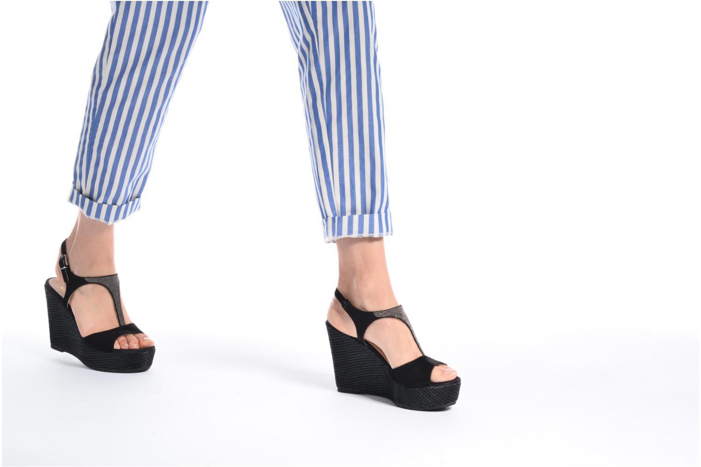 Sandalen Unisa Mambasen schwarz ansicht von unten / tasche getragen