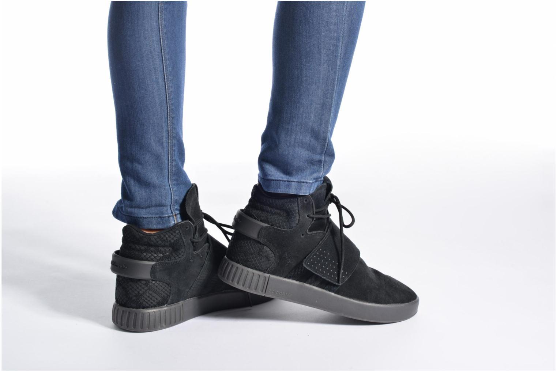 Baskets Adidas Originals Tubular Invader Strap J Noir vue bas / vue portée sac