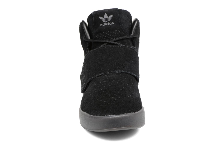 Baskets Adidas Originals Tubular Invader Strap J Noir vue portées chaussures
