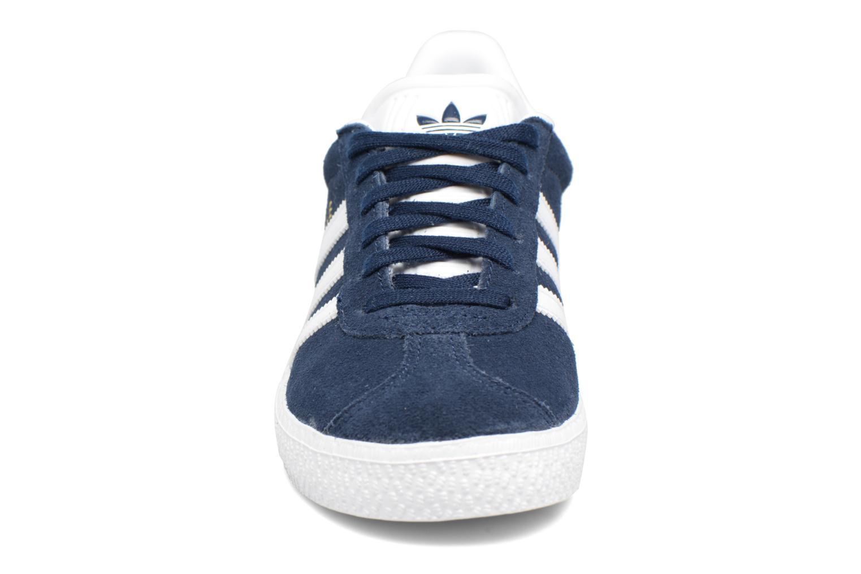 Baskets Adidas Originals Gazelle C Bleu vue portées chaussures