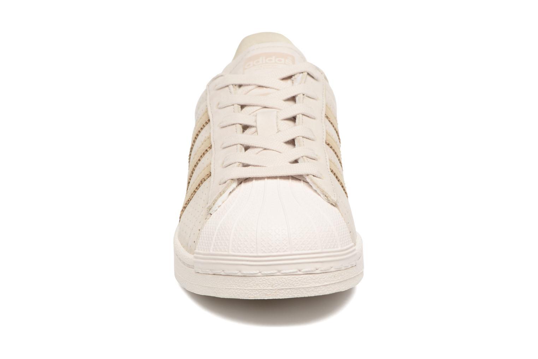 Baskets Adidas Originals Superstar Fashion J Beige vue portées chaussures