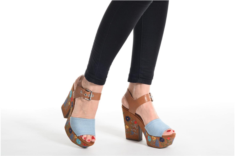 Sandales et nu-pieds Guess Caralin2 Marron vue bas / vue portée sac