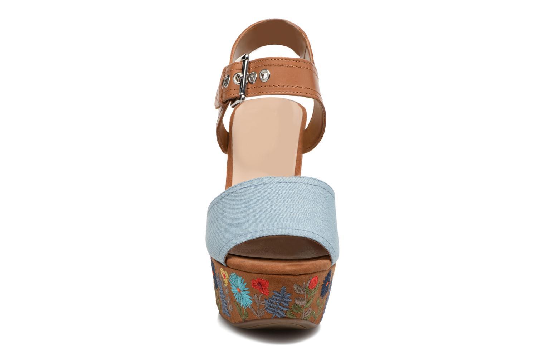 Sandales et nu-pieds Guess Caralin2 Marron vue portées chaussures