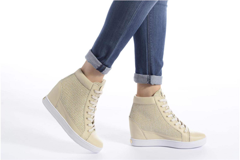 Sneaker Guess Furia gold/bronze ansicht von unten / tasche getragen