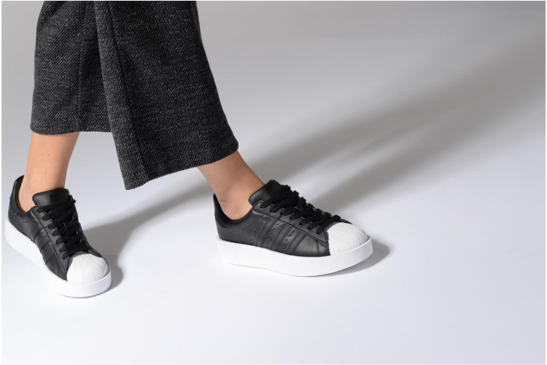 Baskets Adidas Originals Superstar Bold W Blanc vue bas / vue portée sac