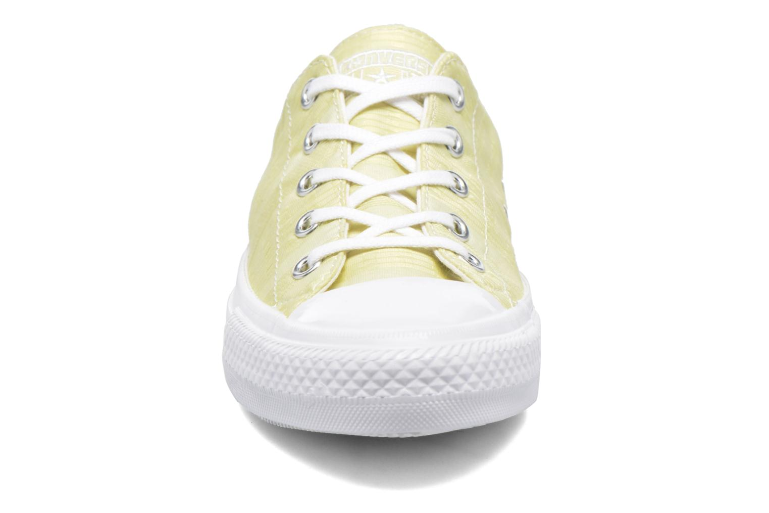 Deportivas Converse Chuck Taylor All Star Gemma Ox Engineered Lace Amarillo vista del modelo