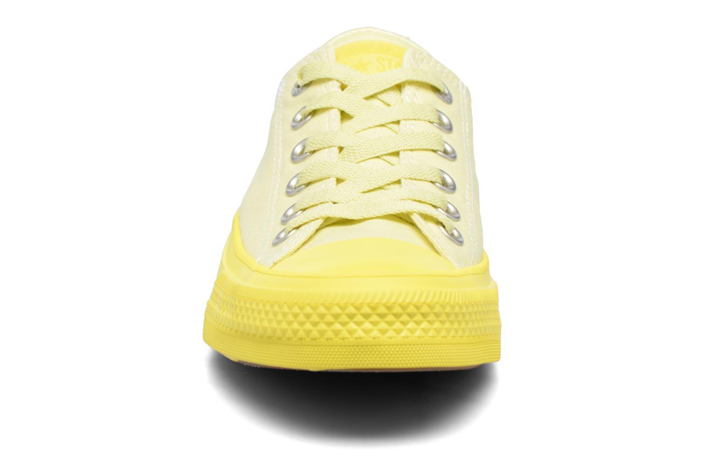 Baskets Converse Chuck Taylor All Star II Ox Pastel Midsoles W Jaune vue portées chaussures
