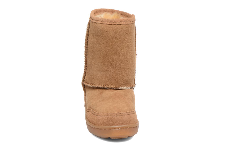 Stivali Minnetonka Short Sheepskin Pug Boot Marrone modello indossato