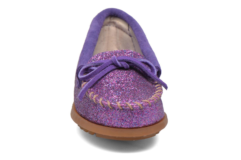 Mocassini Minnetonka Glitter Moc Viola modello indossato