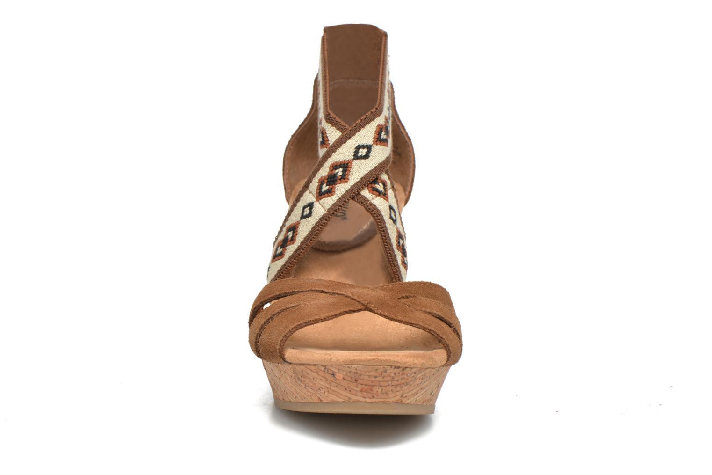 Sandali e scarpe aperte Minnetonka Drew Wedge Marrone modello indossato